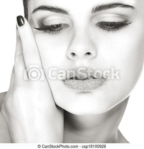 Retrato sexual, hermosa morena, con labios, azúcar espolvoreado, aislado en un fondo blanco, emociones, cosméticos - csp18100926