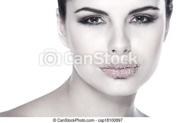 Retrato sexual, hermosa morena, con labios, azúcar espolvoreado, aislado en un fondo blanco, emociones, cosméticos - csp18100897