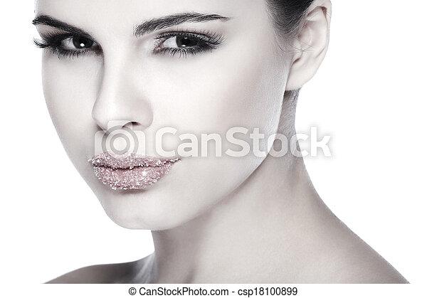 Retrato sexual, hermosa morena, con labios, azúcar espolvoreado, aislado en un fondo blanco, emociones, cosméticos - csp18100899