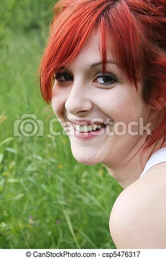 Hermosa chica sonriendo - csp5476317