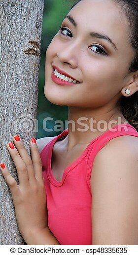 Hermosa y sonriente mujer - csp48335635