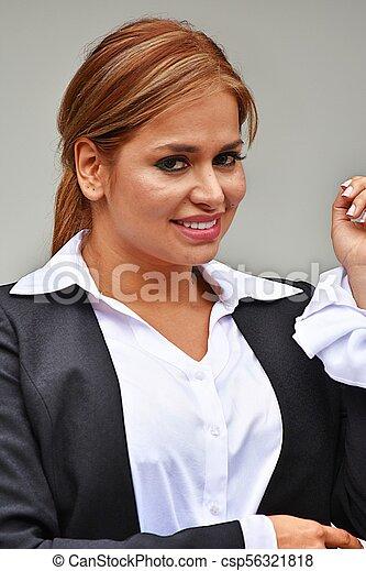 Hermosa mujer de negocios sonriendo - csp56321818