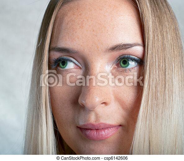 Hermosa chica con gris - csp6142606