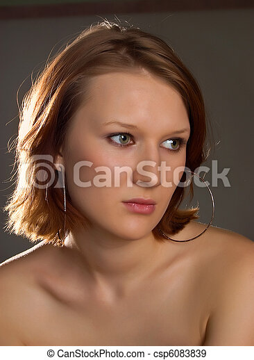 Una hermosa chica de fondo gris - csp6083839