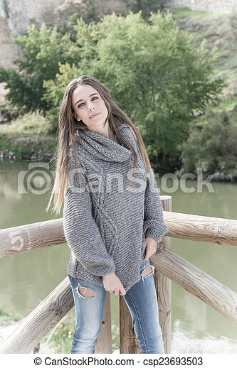 Hermosa joven - csp23693503