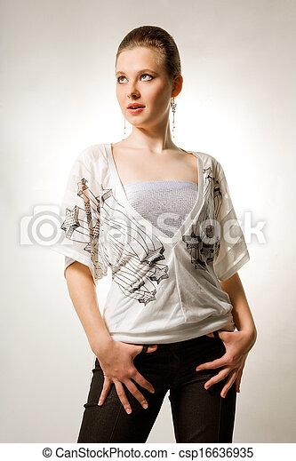 Una chica con ropa hermosa - csp16636935