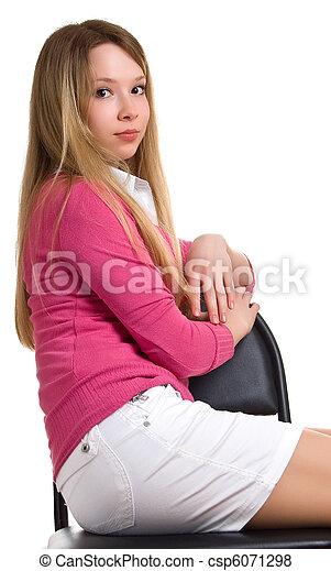 Una chica hermosa se sienta en una silla - csp6071298