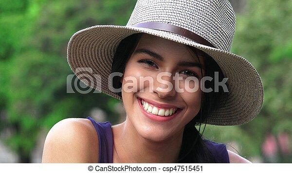 Sonriendo chica feliz y hermosa - csp47515451