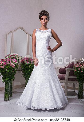 Una Joven Y Hermosa Novia Vestida De Blanco