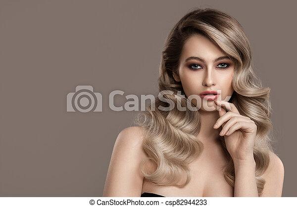 hermoso, ondulado, woman., largo, joven, rubio, hair., retrato - csp82944233