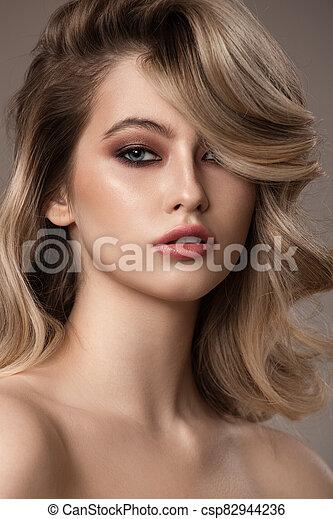 hermoso, ondulado, woman., largo, joven, rubio, hair., retrato - csp82944236