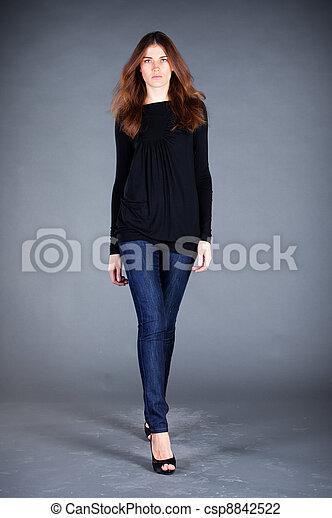 Hermosa chica en un fondo oscuro - csp8842522