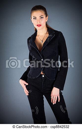 Hermosa chica en un fondo oscuro - csp8842532