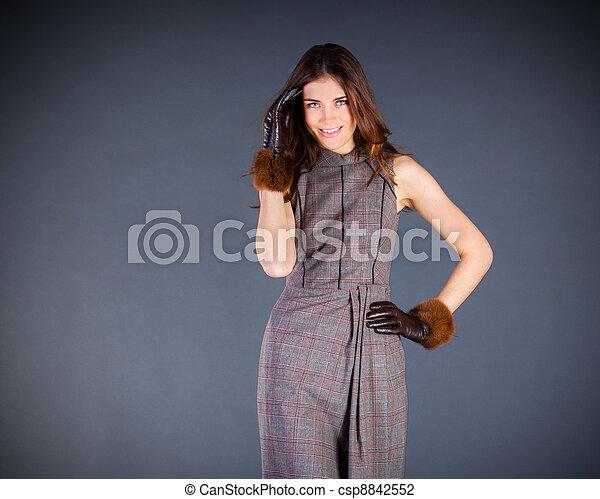 Hermosa chica en un fondo oscuro - csp8842552