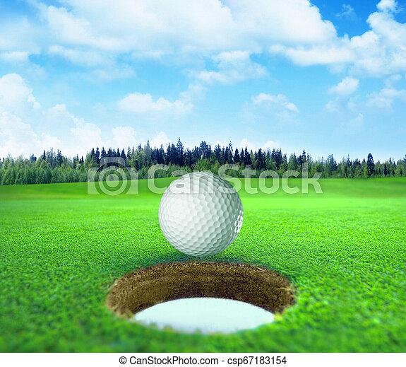 Bola de golf en un hermoso paisaje natural. - csp67183154