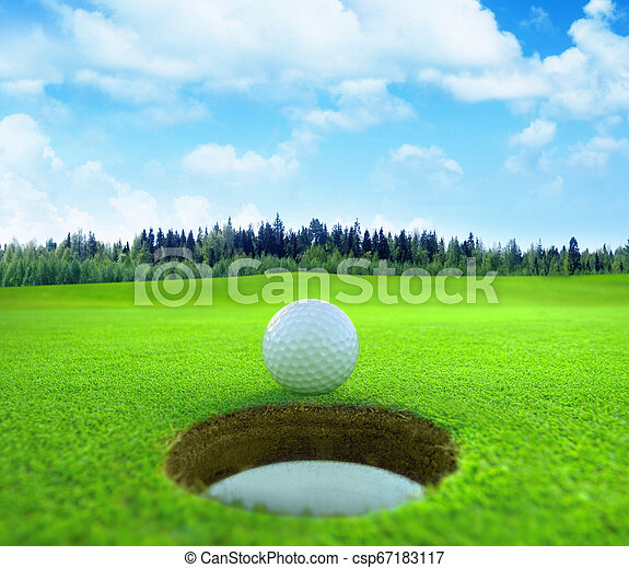 Bola de golf en un hermoso paisaje natural. - csp67183117