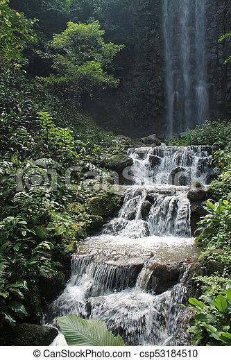 Hermosas cascadas en el parque nacional en Singapur. Zoo - csp53184510