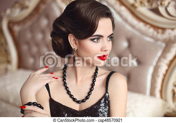 Hermoso Peinado Moda Moderno Maquillaje Elegante Labios Posar