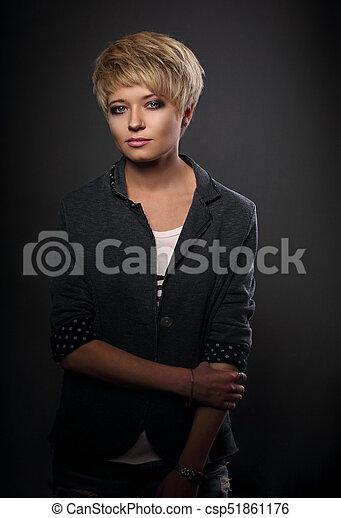 Hermoso Peinado Mujer Serio Gris Fondo Cortocircuito Primer Plano Rubio Traje Retrato Foto De Archivo
