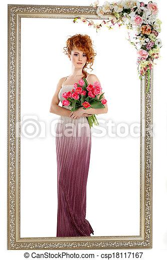 Hermosa chica pelirroja con el ramo de tulipanes, que está en un marco de oro, florecida, aislada en un fondo blanco - csp18117167