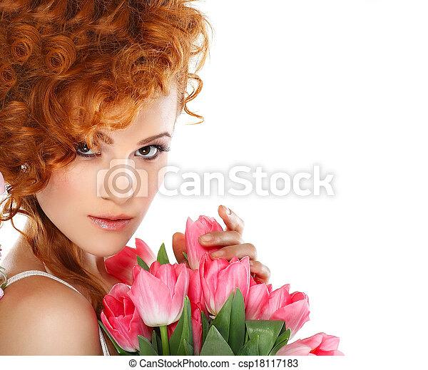 Hermosa pelirroja con el ramo de tulipanes aislado en un fondo blanco - csp18117183