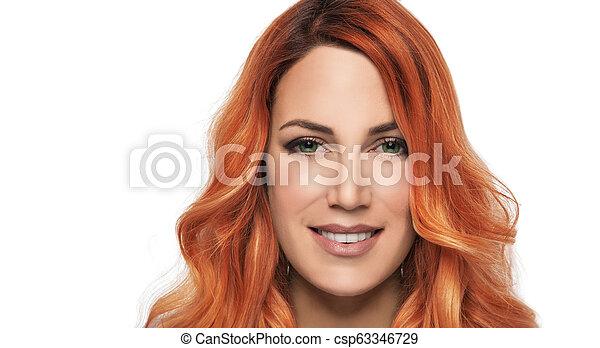 Retrato de una chica hermosa con pelo rojo en un fondo blanco. - csp63346729