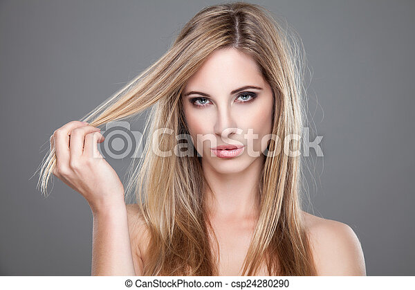 Hermosa mujer con el pelo largo y sucio - csp24280290