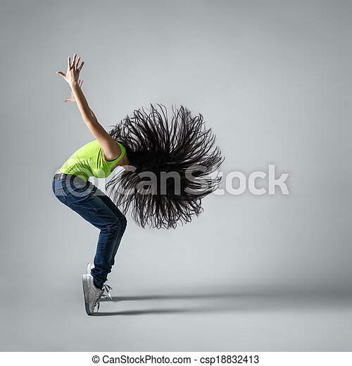 Una hermosa bailarina en cuclillas con pelo volador - csp18832413