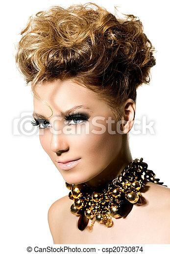 Hermosa chica modelo con perfecto maquillaje y peinado - csp20730874