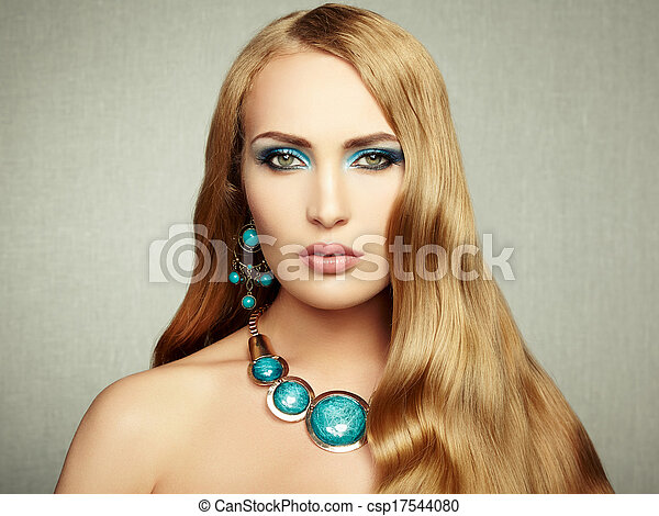 Foto de una mujer hermosa con un pelo magnífico. Maquillaje perfecto - csp17544080
