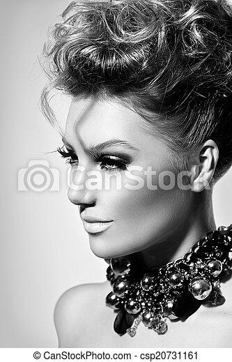 Hermosa chica modelo con perfecto maquillaje de moda y peinado - csp20731161