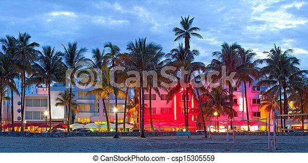 Miami Beach, hoteles de Florida y restaurantes al atardecer en Ocean Drive, destino mundialmente famoso para su vida nocturna, clima hermoso, arquitectura Art Deco y playas prístinas - csp15305559