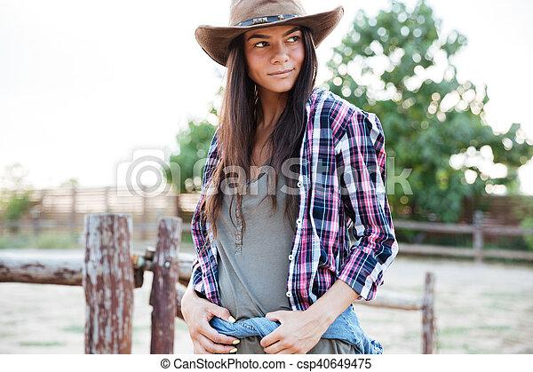 Hermoso posicin mujer vaquera rancho joven sombrero Hermoso
