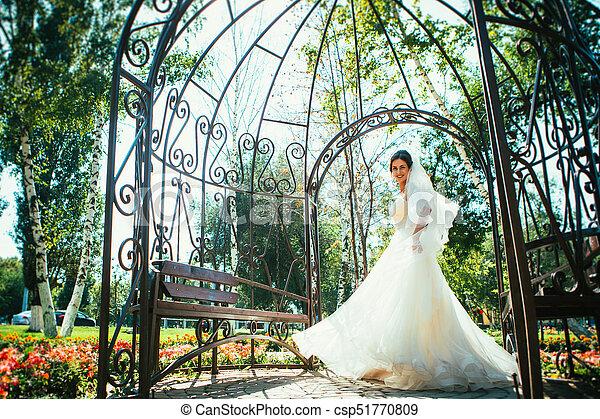hermoso, posición, gazebo., parque, joven, novia - csp51770809