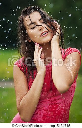 Hermosa mujer parada bajo la lluvia - csp15134715