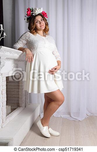 garantía limitada liquidación de venta caliente seleccione para mejor hermoso, posición, mujer, ella, embarazada, guirnalda, mano, pelo,  mentiras, vientre, chimenea, vestido blanco
