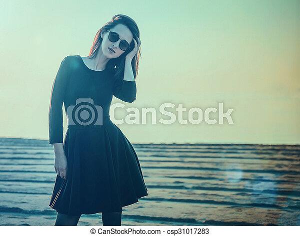 Vestido negro de playa