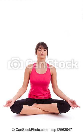 Hermosa caucásica en posición de yoga - csp12563047
