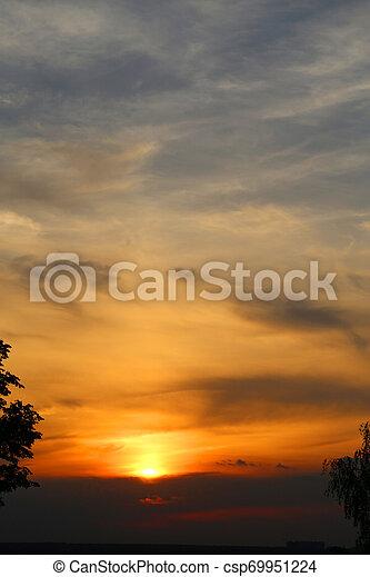 Hermosa foto paisaje rural atardecer en primavera - csp69951224