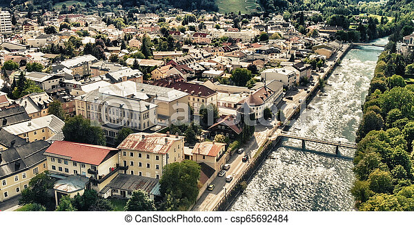 Hermosa ciudad de Dolomitas, vista aérea al atardecer - csp65692484