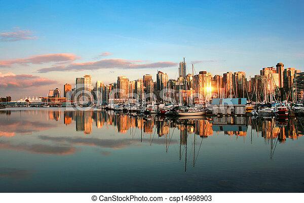 Hermosa vista del horizonte de Vancouver con puerto al atardecer - csp14998903