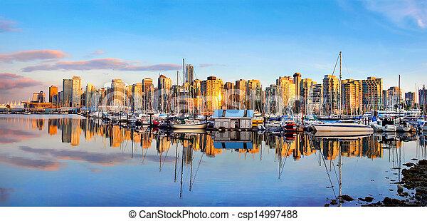 Hermosa vista del horizonte de Vancouver con puerto al atardecer - csp14997488