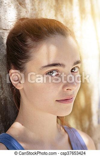 Retrato al aire libre de una hermosa adolescente - csp37653424