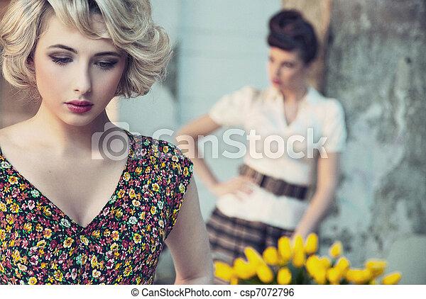 Hermoso retrato de dos hermosas damas - csp7072796