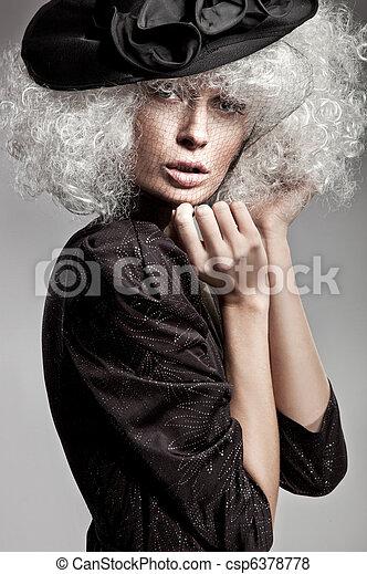 Retrato de moda de una mujer hermosa - csp6378778