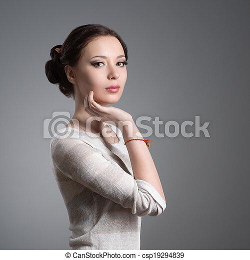 Retrato de una hermosa joven morena - csp19294839