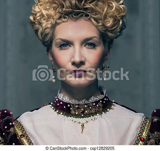 Retrato de la hermosa reina arrogante - csp12829205