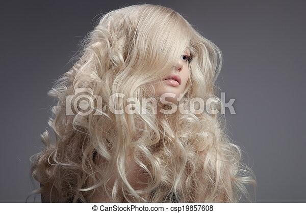 Hermosa mujer rubia. Cabello rizado y largo - csp19857608