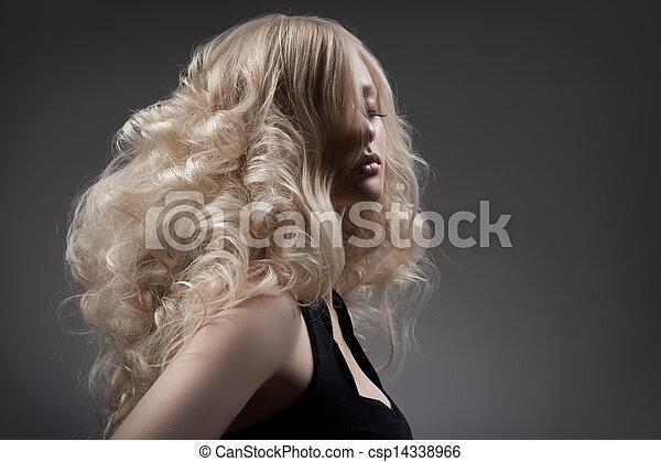 Hermosa rubia. Pelo rizado y largo - csp14338966