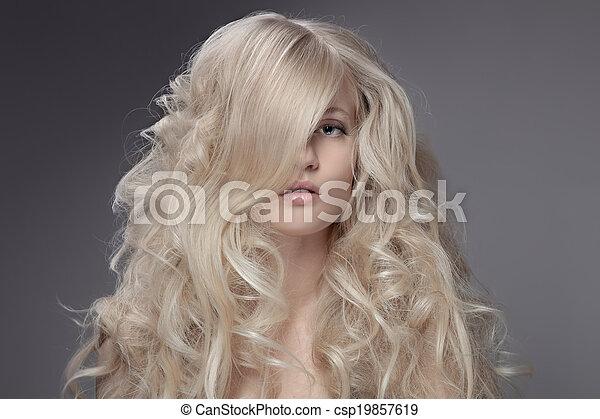 Hermosa mujer rubia. Cabello rizado y largo - csp19857619